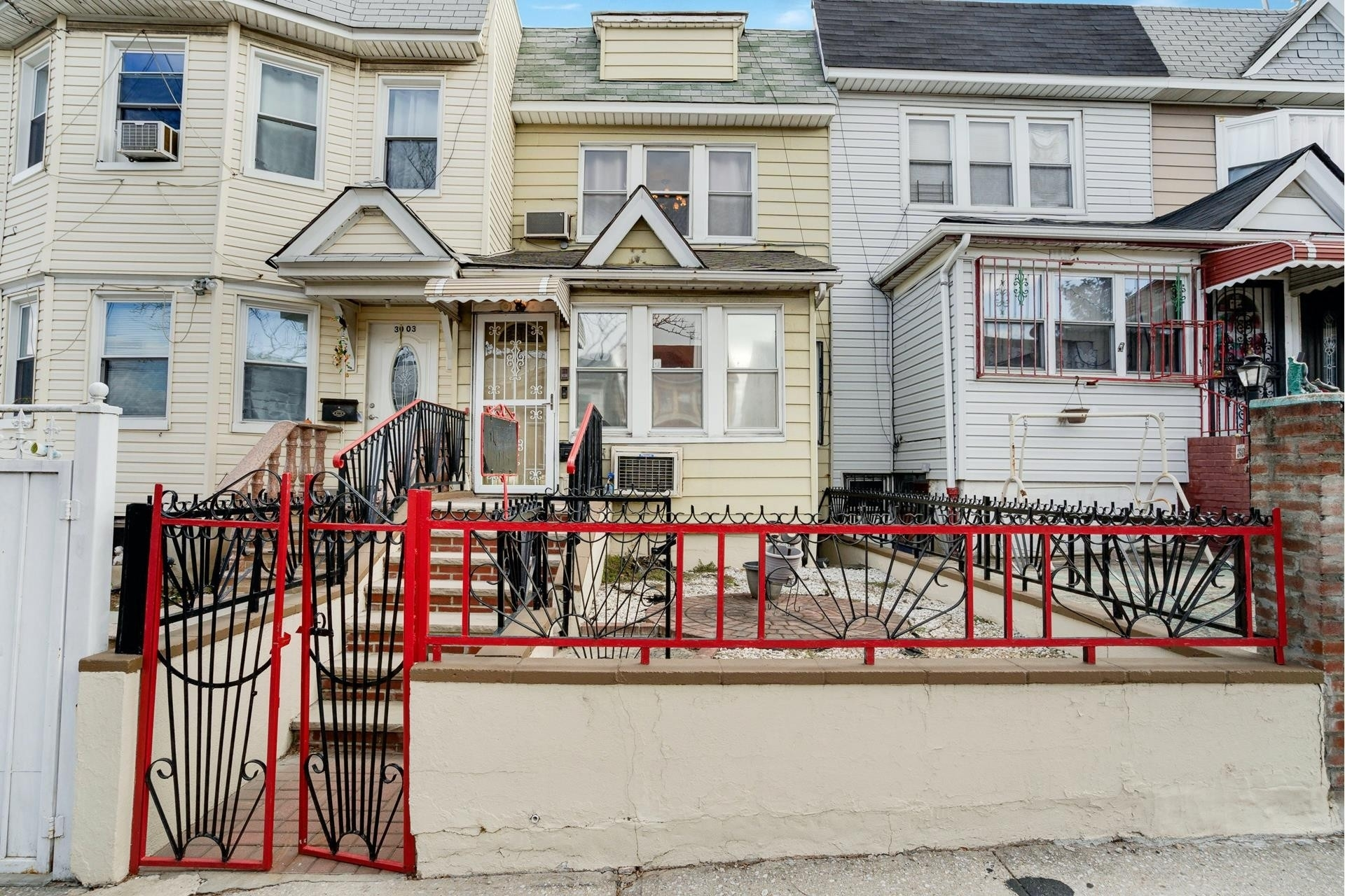 2. Single Family Homes pour l Vente à Jackson Heights, Queens, NY 11369