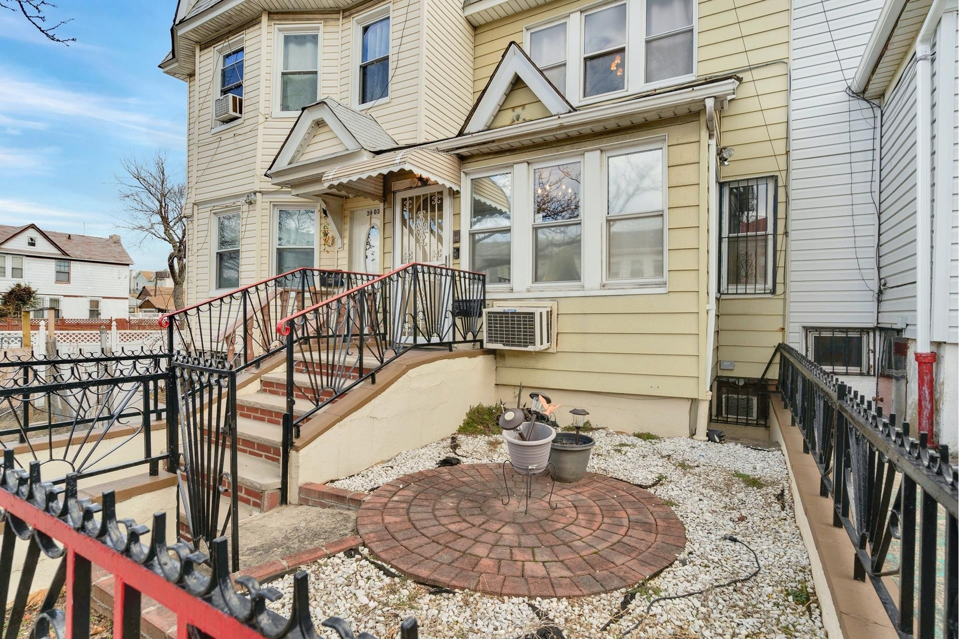3. Single Family Homes pour l Vente à Jackson Heights, Queens, NY 11369