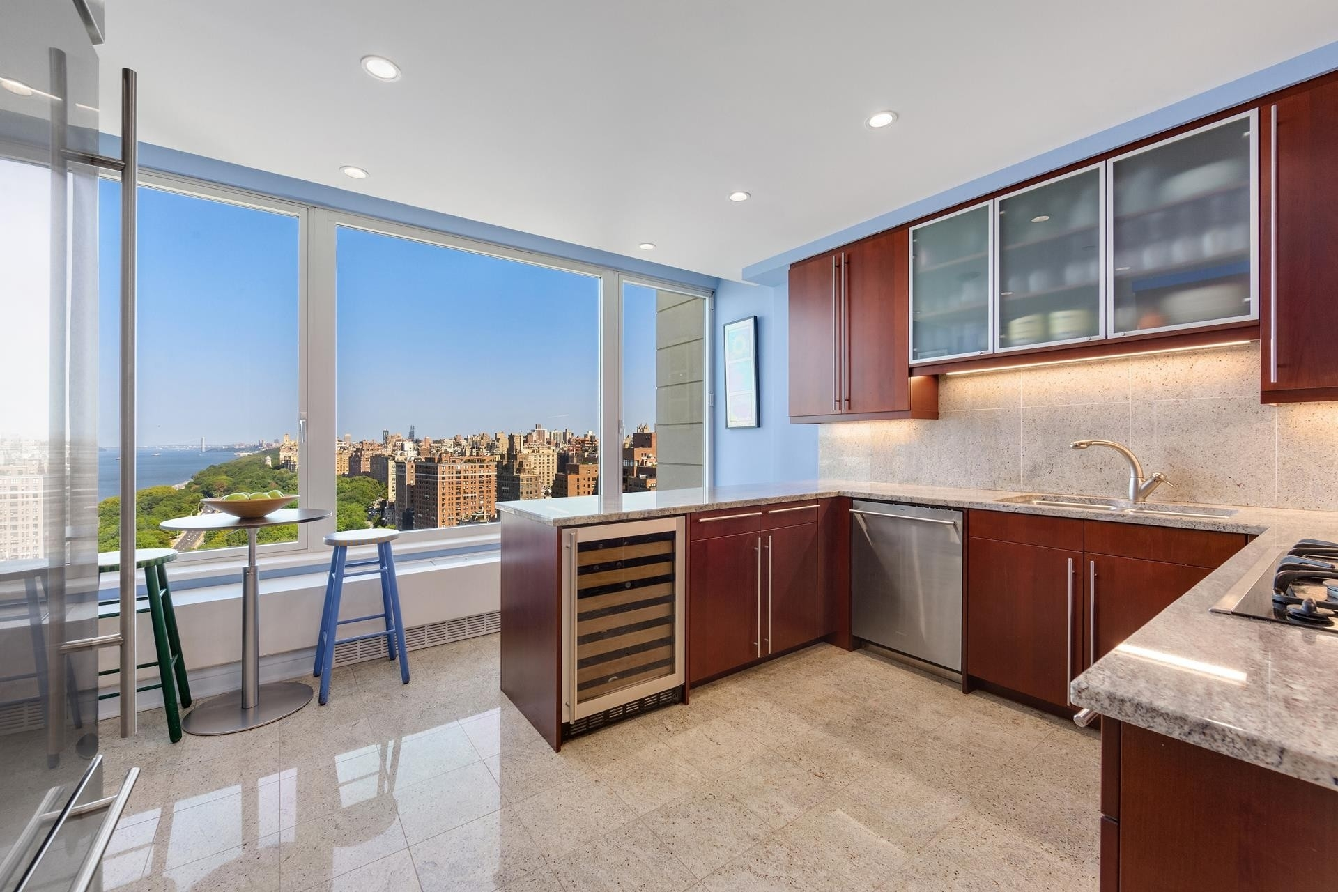 4. Condominiums для того Продажа на The Heritage, 240 RIVERSIDE BLVD , 22A Lincoln Square, New York, NY 10069
