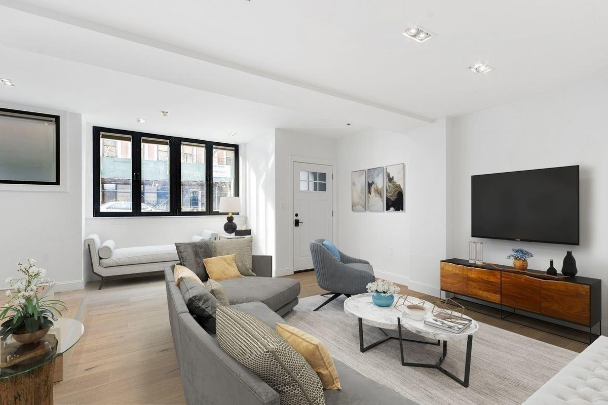 Casa unifamiliar unifamiliar por un Venta en 141 E 17TH ST , TOWNHOUSE Gramercy Park, New York, NY 10003